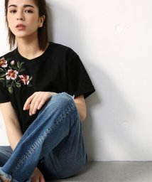 AZUL by moussy/花刺繍クルーネックTEE/500337440