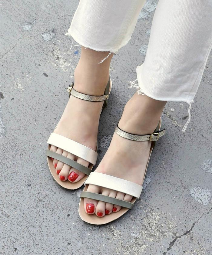ホワイトソールが夏らしい一足です。 PLAKTON レザー×ゴム 着脱カンタンなバックストラップ付サンダル ストラップサンダル厚みのあるローヒールで安定感のある履き心地。 (プラクトン)