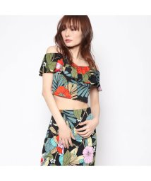 GUESS/ゲス GUESS GREYSON OFF-SHOULDER RUFFLE TOP (JUNGLE PALM JET BLACK)/501729037