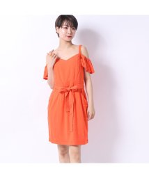 GUESS/ゲス GUESS ZELMA OPEN-SHOULDER DRESS (SUNKISSED CORAL)/502333498