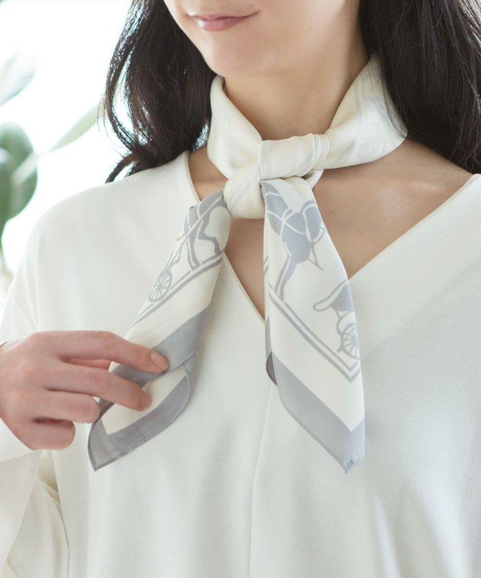 馬車シルエット柄の大判スカーフ