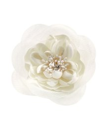 cream dot/2種類の花びらが重なり合う、華やかなフラワーコサージュ/502935749